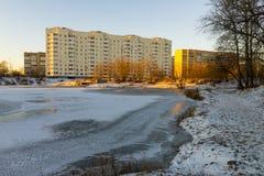Современный русский город на береге пруда в зиме Стоковые Изображения