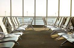 Современный салон с местами в авиапорте во время комплекта солнца или Стоковая Фотография