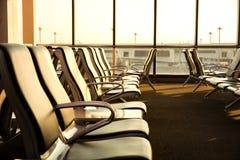Современный салон с местами в авиапорте во время комплекта солнца или Стоковое Изображение RF