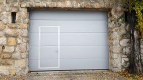 Современный сверните вверх двери гаража внутри традиционной рамки каменной стены Стоковые Изображения RF