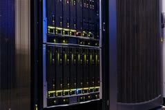 Современный сервер компьютера в конце-вверх шкафа стоковая фотография