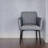 Современный серый стул с голубым полом стены и древесины стоковые фотографии rf
