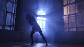Современный современный стиль танца девочка-подростка в замедленном движении, силуэте сток-видео