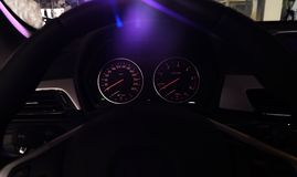 Современный спидометр приборной панели автомобиля с различными индикаторами стоковые изображения rf