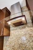 Современный стальной клобук кухни с стеклянным элементом Стоковые Изображения RF