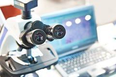 Современный стерео микроскоп с ноутбуком стоковые фотографии rf