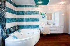 Современный стильный интерьер ванной комнаты Стоковые Изображения