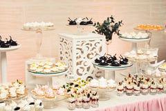 Современный стильный роскошный wedding шоколадный батончик широкий диапазон помадок на баре cande свадьбы Стоковое Фото