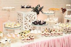 Современный стильный роскошный wedding шоколадный батончик широкий диапазон помадок на баре cande свадьбы Стоковое Изображение RF
