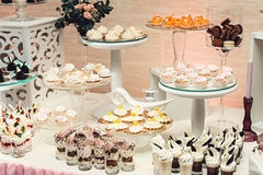 Современный стильный роскошный wedding шоколадный батончик широкий диапазон помадок на баре cande свадьбы Стоковые Фото