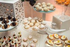 Современный стильный роскошный wedding шоколадный батончик широкий диапазон помадок на баре cande свадьбы Стоковые Изображения RF