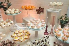 Современный стильный роскошный wedding шоколадный батончик широкий диапазон помадок на баре cande свадьбы Стоковая Фотография