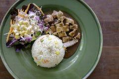 Современный тайский соус перца свинины с рисом и салатом jasmin стоковое фото