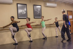 Современный танец девушек двигает студию инструктора Стоковые Фотографии RF