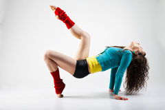 Современный танцор стиля представляя на серой предпосылке Стоковое фото RF