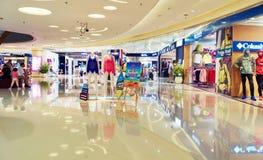 современный торговый центр, интерьер торгового центра стоковое фото