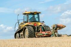 Современный трактор претендента паша английское поле урожая Стоковые Фотографии RF