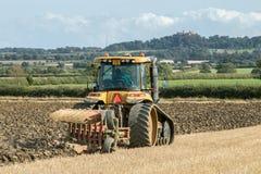Современный трактор претендента паша английское поле урожая Стоковое фото RF