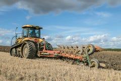 Современный трактор претендента паша английское поле урожая Стоковая Фотография