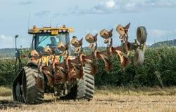 Современный трактор претендента паша английское поле урожая Стоковое Изображение RF