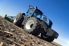 Современный трактор работая в поле Стоковая Фотография