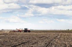 Современный трактор регулирует поле Стоковые Фото