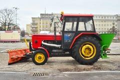 Современный трактор для очищая припаркованных улиц Стоковое фото RF