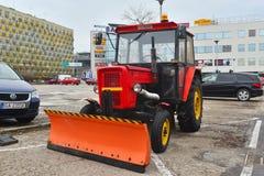 Современный трактор для очищая припаркованных улиц Стоковые Фотографии RF