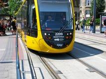 Современный трамвай, на стопе, группа людей, Будапешт Стоковое Фото