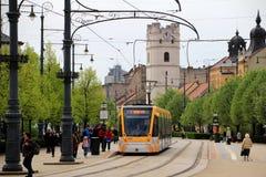Современный трамвай CAF Urbos в Дебрецене, Венгрии стоковая фотография