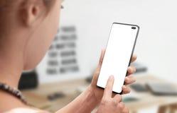 Современный умный телефон в руке женщины Экран женщины изолированный касанием стоковое фото