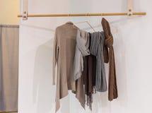 Современный уютный шкаф при одежды вися на деревянной вешалке Стоковая Фотография RF