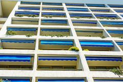 Современный фасад квартиры гостиницы с много балконов Стоковое Фото
