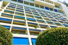 Современный фасад квартиры гостиницы с много балконов Стоковые Изображения RF