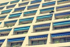 Современный фасад квартиры гостиницы с много балконов Стоковые Изображения