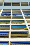 Современный фасад квартиры гостиницы с много балконов Стоковое Изображение RF