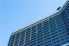 Современный фасад здания на предпосылке голубого неба Стоковая Фотография RF