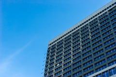 Современный фасад здания на предпосылке голубого неба Стоковое Фото