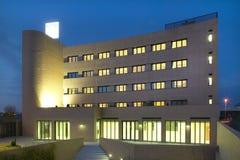 Современный фасад кирпича здания к ноча гостиница Стоковое Изображение