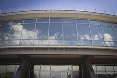 Современный фасад дуги с отражательными стеклами Стоковые Фотографии RF