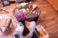 Современный фольклорный мастер, художник приниманнсяая за картина на древесине Стоковые Изображения RF