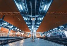 Современный футуристический железнодорожный вокзал с освещением Стоковые Изображения