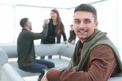 Современный человек на заднем плане офиса стоковое изображение