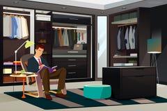 Современный человек читая книгу дома Стоковое фото RF