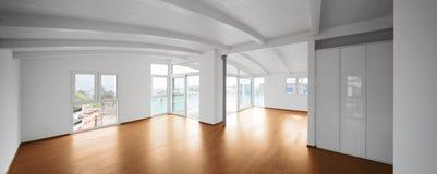 Современный чердак, пустая живущая комната стоковые изображения rf
