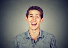 Современный человек выстрела в голову усмехаясь смеясь над, творческий профессионал Стоковое фото RF