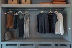 современный шкаф с одеждами стоковое изображение