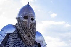 Современный экземпляр античного шлема рыцаря металла с aventail Историческая средневековая деталь костюма Стоковое Изображение