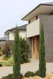 Современный экстерьер архитектуры детализирует двойные дома рассказа Стоковое фото RF