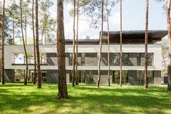 Современный экстерьер дома в лесе Стоковое Фото